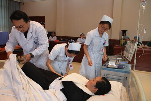 外二科预防病人坠床跌倒演练-澄合矿务局中心医院护士节应急演练大图片
